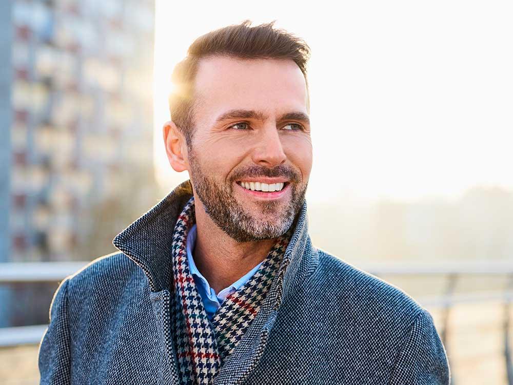 Sonrisa natural de hombre